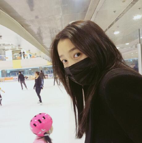 关晓彤素颜滑冰认怂 小女孩拉手教她